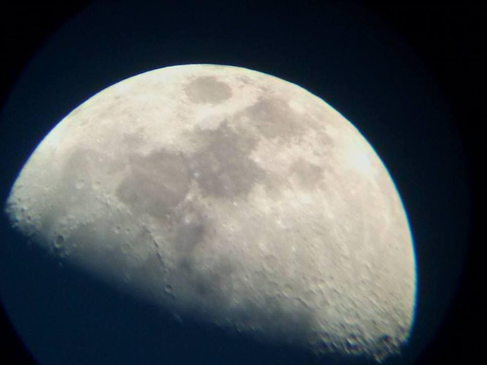 mặt trăng dưới kính thiên văn